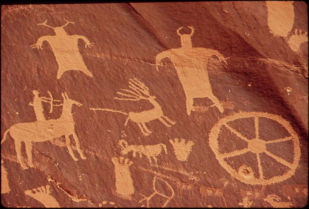 NEWSPAPER_ROCK_IS_A_LARGE_CLIFF_MURAL_OF_ANCIENT_INDIAN_PETROGLYPHS_AND_PICTOGRAPHS
